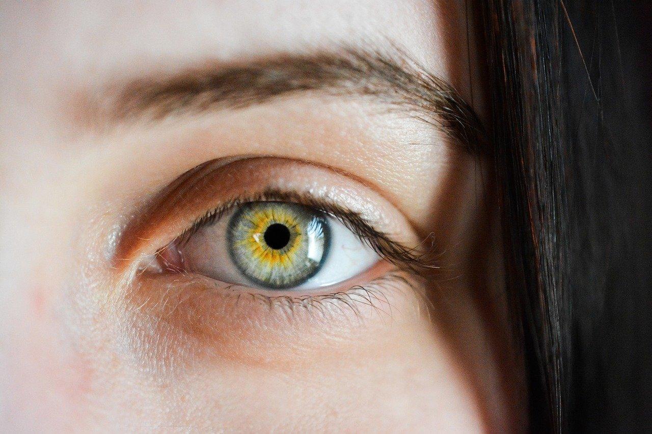 Ciemne plamki, mroczki przed oczami – przyczyny